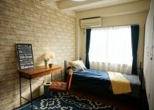 こちらはモダン的な煉瓦調クロスの6畳部屋。同じく人気の壁紙!