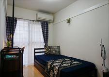 各部屋にはベッド・冷蔵庫・エアコン等が完備!