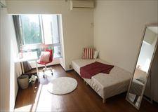 約8畳あるお部屋でベッド・AC・冷蔵庫完備です!