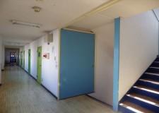 廊下の端には洗濯機と乾燥機があります。