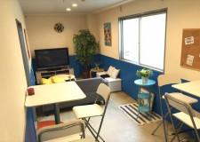 リビングにはソファとテレビがあり、Wi-Fiも使えます。