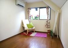 お部屋は比較的広々空間なので荷物が多い方でも大丈夫。