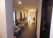 白と黒を基調とした廊下