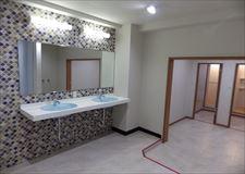 1F洗面台とシャワー室。男女とも3室ずつあります♪