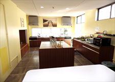明るく広いキッチンは大人数が同時に料理が可能です