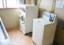 洗濯機(200円)乾燥機(20分100円)です。