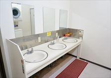 洗面台。3口あるので、混み合う事はありません。