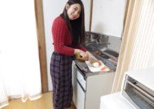 キッチンで料理している風景♪