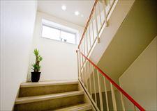 階段も幅広く綺麗に保たれています。