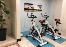 男性専用シャワールームにはトレーニングバイクがあります*