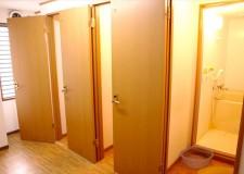 シャワー室は小さなバスタブ付き。