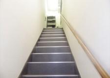 建物入り口から入って階段になります