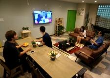 夜はみんなでテレビを見ながら……